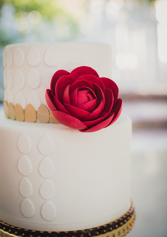 Modern white wedding cake inspiration | Charm CIty Cakes West | photo by Zoom Theory Photography | 100 Layer Cake