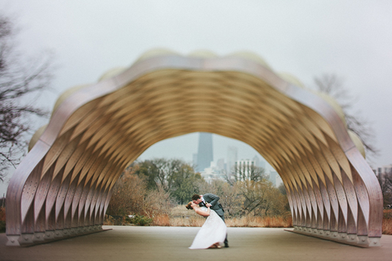 Modern Chicago wedding | Photo by Woodnote Photography | Read more - https://www.100layercake.com/blog/?p=75758