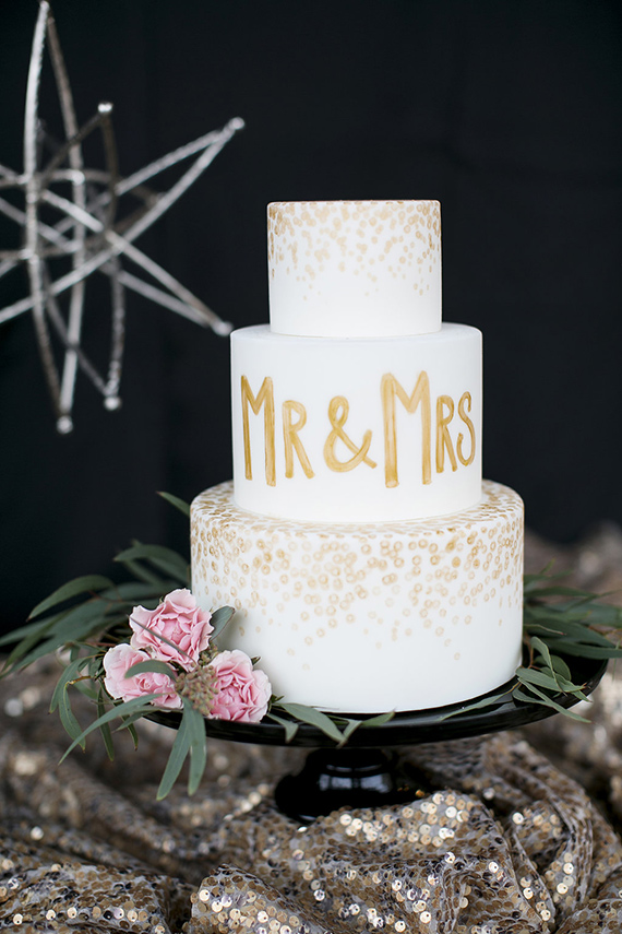Black white and gold wedding ideas   Photo by Amber Lynn Photo  Read more -  https://www.100layercake.com/blog/wp-content/uploads/2015/02/Black-white-gold-wedding-ideas-1.jpg